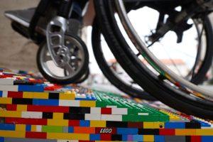 abuela alemana que construye rampas para sillas de ruedas de Lego