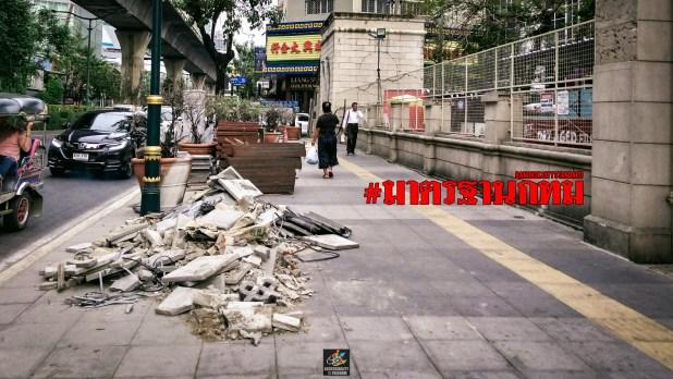 ภาพขยะที่กองอยู่บนทางเท้า ที่หน้าสวนชูวิต มีตัวหนังสือสีแดงเขียนว่า #มาตรฐานกทม