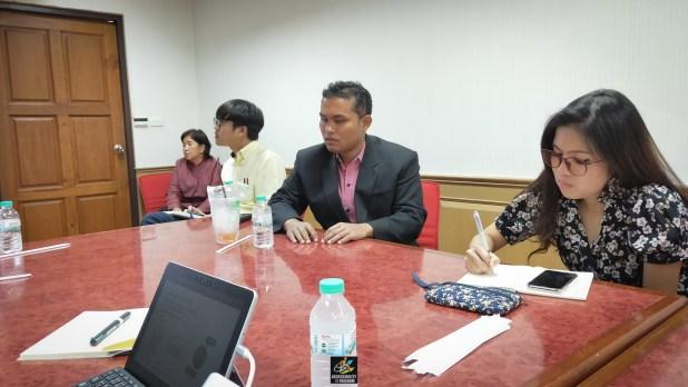 [คุณสุนทร สุขชา ผู้แทนสภาคนพิการทุกประเภทแห่งประเทศไทย และกรมรางตั้งใจฟังและให้ความคิดเห็นอย่างสนใจ]