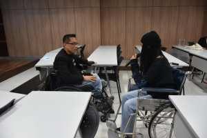 ภาพ ภาพพี่ซาบะกำลังคุยกับน้องที่ทดลองใช้รถเข็น