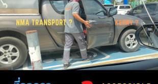 ภาพ รถจอดบนที่จอดรถคนพิการ มองจากด้านข้างรถ คนขับกำลังเปิดประตู ร่างกายแข็งแรง ใส่เสื้อ Kerry