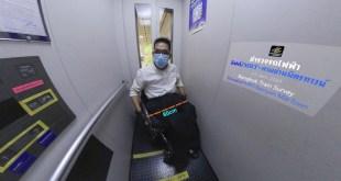 ภาพ พี่ซาบะนั่งอยู่ในลิฟท์ที่แคบ ความกว้างลิฟท์เกินความรถเข็นไปนิดเดียว