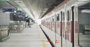 ภาพ ชานชาลารถไฟฟ้าสายสีแดง รถไฟฟ้าตู้โบกี้สีแดงๆ กำลังจอดเทียบ