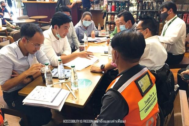 ภาพ พี่ซาบะและคณะทำงานกำลังหารือกันที่ร้านกาแฟ โดยเชิญพี่วินในพื้นที่มาร่วมให้ข้อมูลด้วย