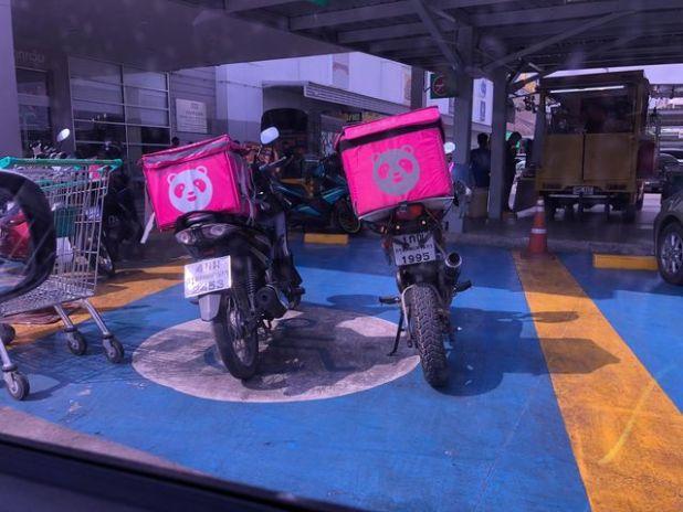 ภาพ มอเตอร์ไซด์ส่งอาหาร Food Panda จอดกันบนพื้นที่ที่จอดรถคนพิการ