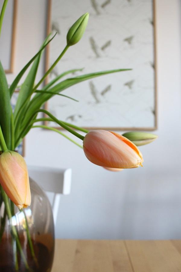 Franse tulpen in een bruin glazen vaas met op de achtergrond ingelijst behang van Janneke Ursem - via Accessorize your Home
