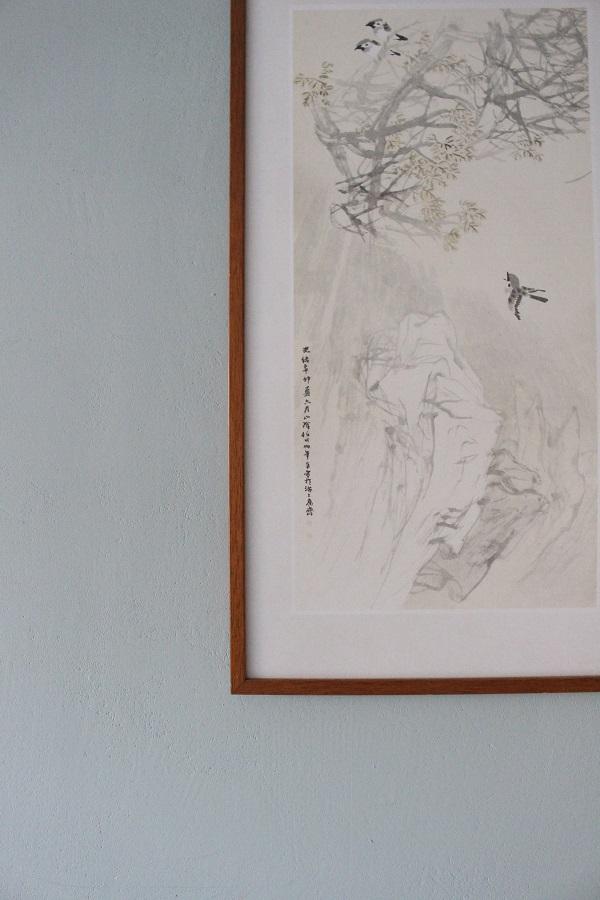 Afbeelding Japanse tekening in donker houten lijst op groene muur - via Accessorize your Home