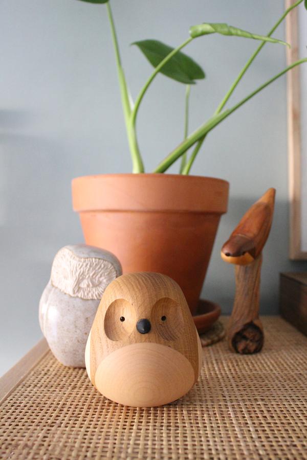 Uilen en vogels van hout en keramiek op een rotan kast - via Accessorize your Home