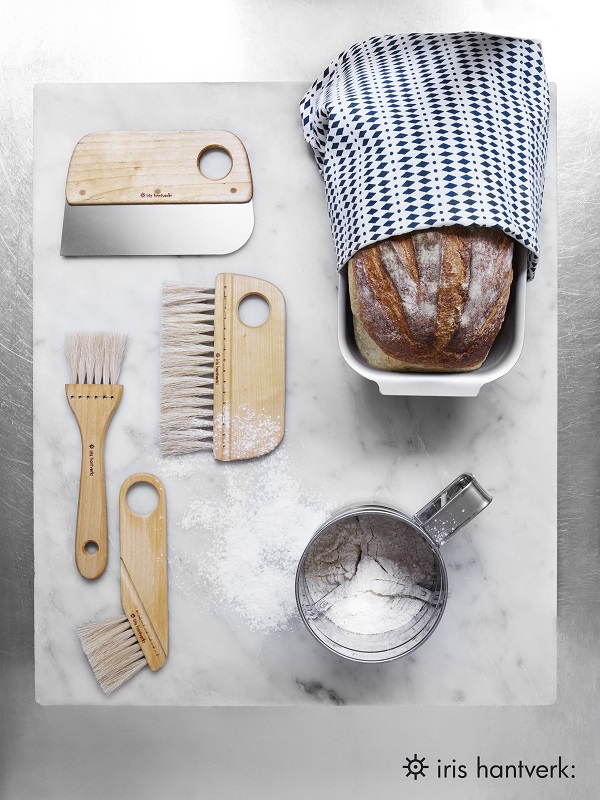 Versgebakken brood op een marmeren plateau met houten borstels - via Accessorize your Home