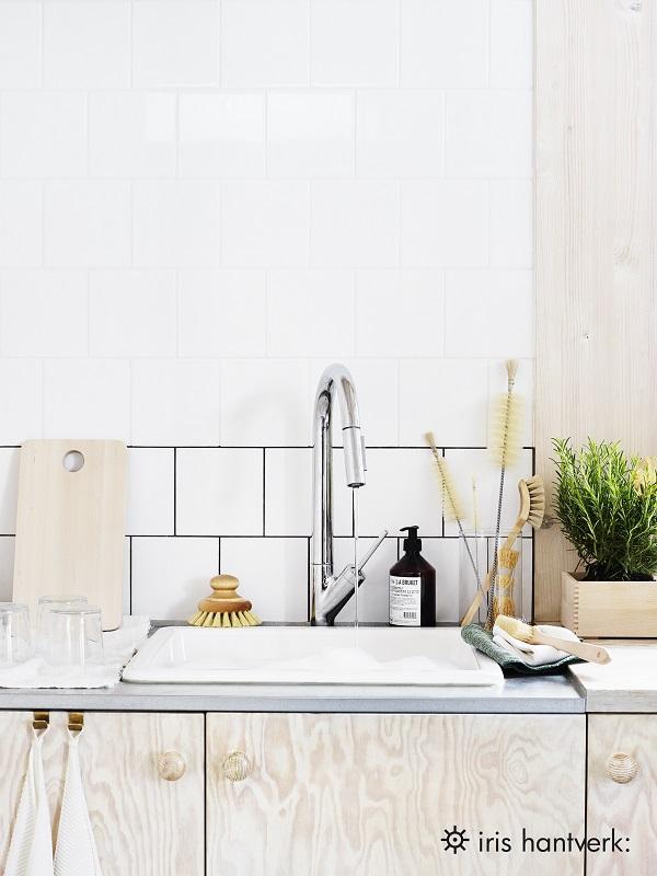 Keuken met witte tegels, plywood kastjes en accessoires van Iris Hantverk - via Accessorize your Home