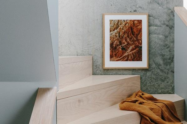 Trap van onbehandeld hout met okergeel plaid en prachtige foto van natuur/textuur - via Accessorize your Home