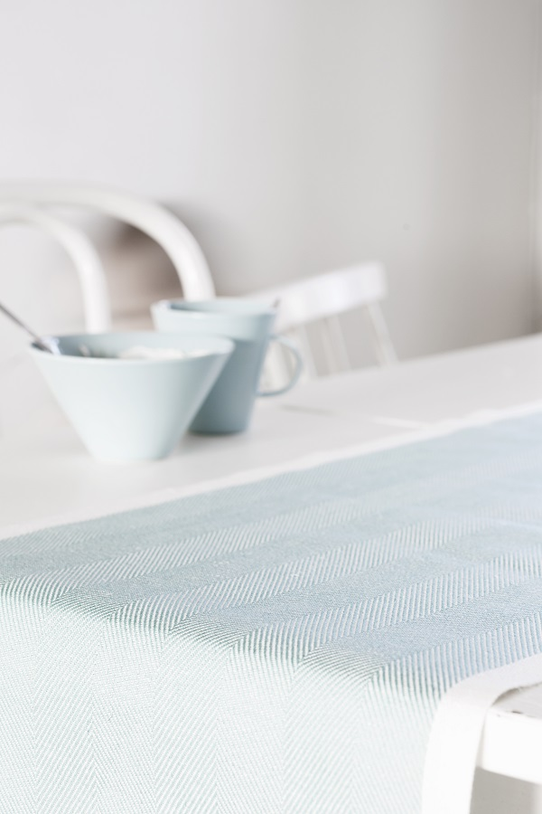 Witte eettafel met table runner met print in turquoise van Lapuan Kankurit - via Accessorize your Home