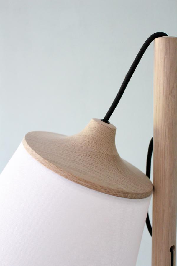 Close up lampenkap Muuto Pull lamp met eikenhouten details en zwart stoffen snoer - via Accessorize your Home