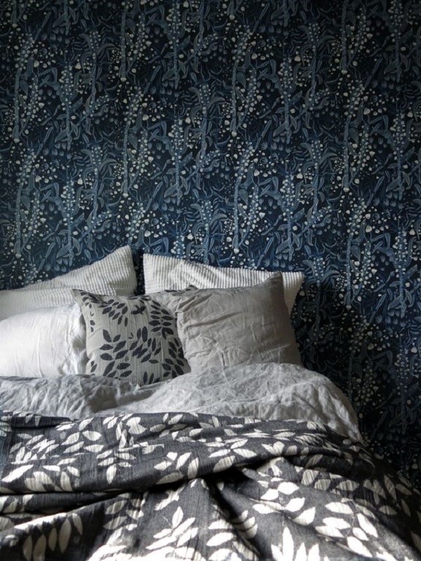 Donkerblauw behang met bloemenprint van House of Rym in slaapkamer - via Accessorize your Home