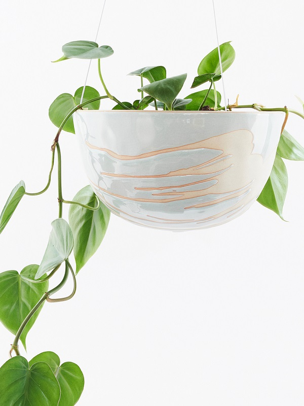 Handgemaakte hangende bloempot van ruw aardewerk en zachtblauw glazuur - via Accessorize your Home