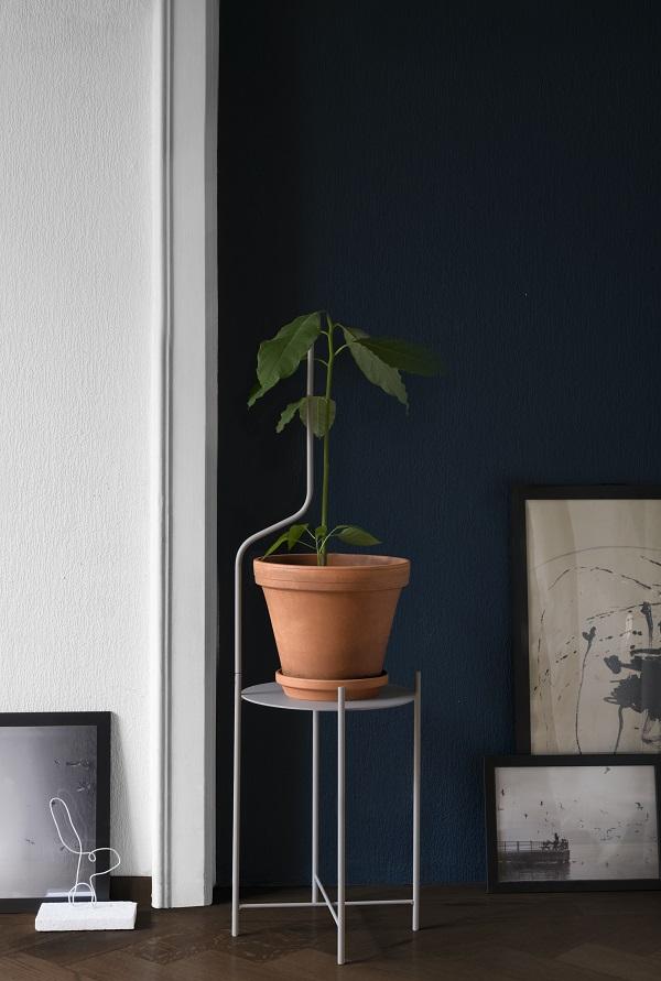 Grijze metalen plantenstandaard voor middelgrote plant met extra verlengstuk ter ondersteuning - via Accessorize your Home