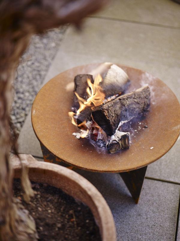 Vuurschaal van weerbestendig staal met patina van Skagerak - via Accessorize your Home