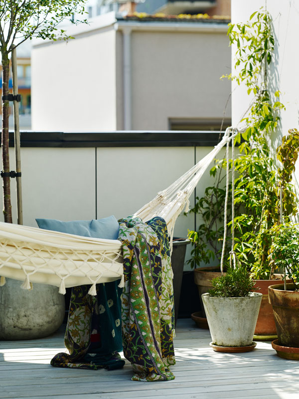 Hangmat van wit canvas op een zonovergoten terras - via Accessorize your Home