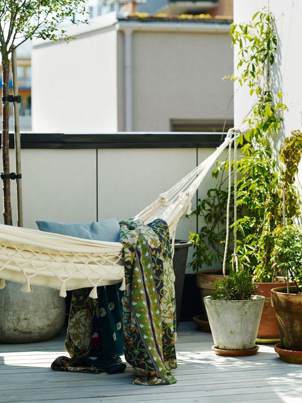 Hangmat van wit canvas op een zonovergoten terras - via Accessorize your Home