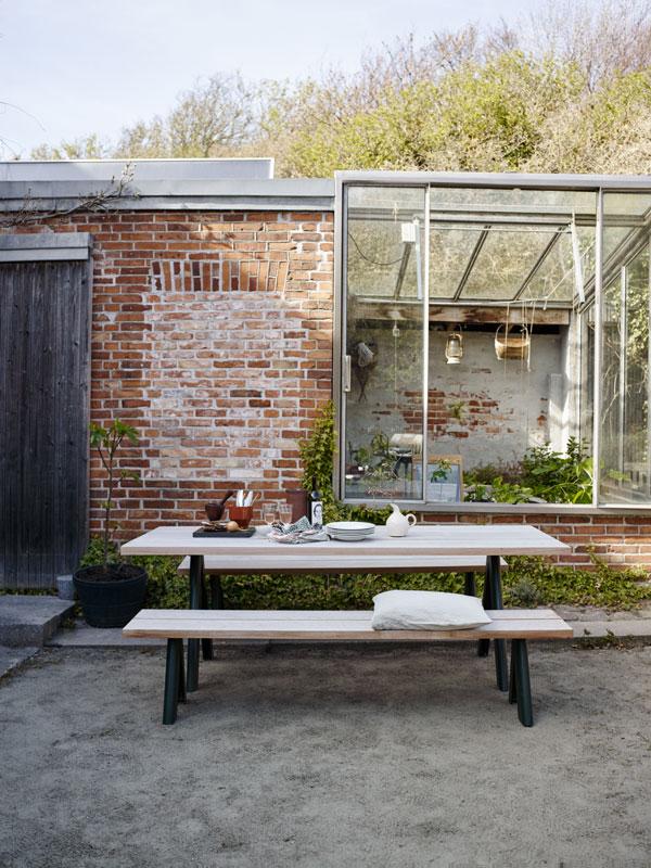 Houten eettafel en bank met antracietgrijze poten van Skagerak - via Accessorize your Home