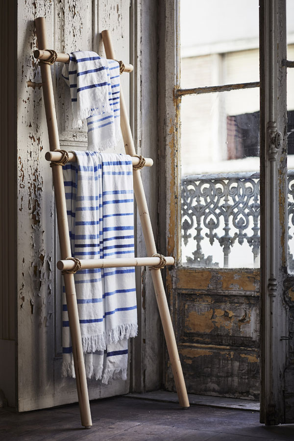 Rotan staand kledingrek met katoenen handdoeken in blauw wit - Limited collectie IKEA - via Accessorize your Home