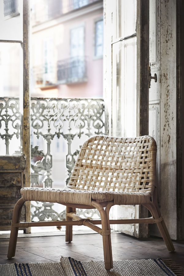 Rotan stoel bij Frans balkon - limited collectie IKEA - via Accessorize your Home