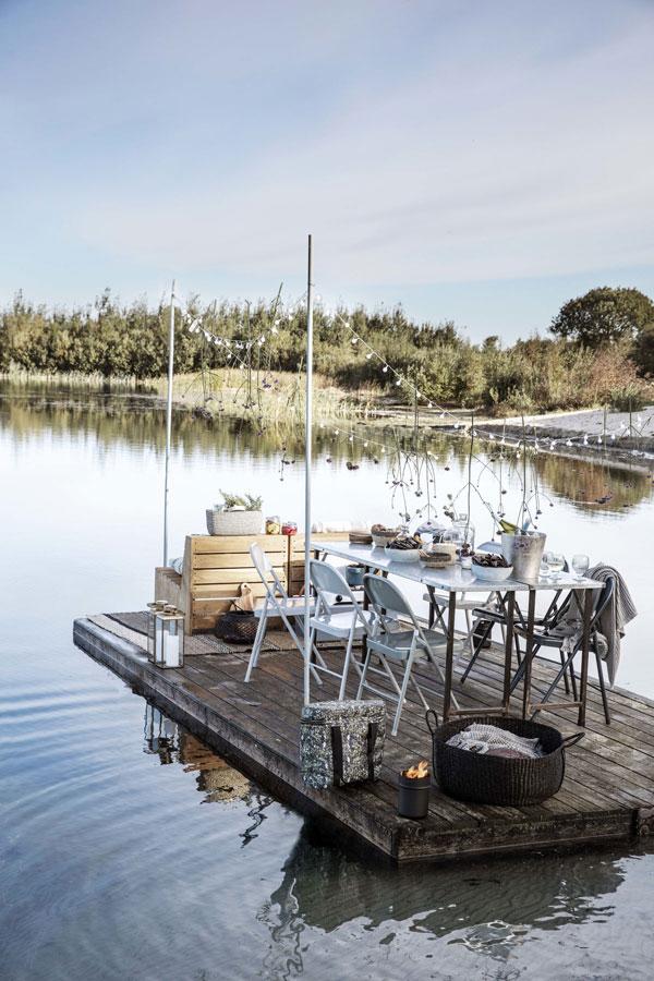 Feestelijk gedekte tafel op een houten ponton