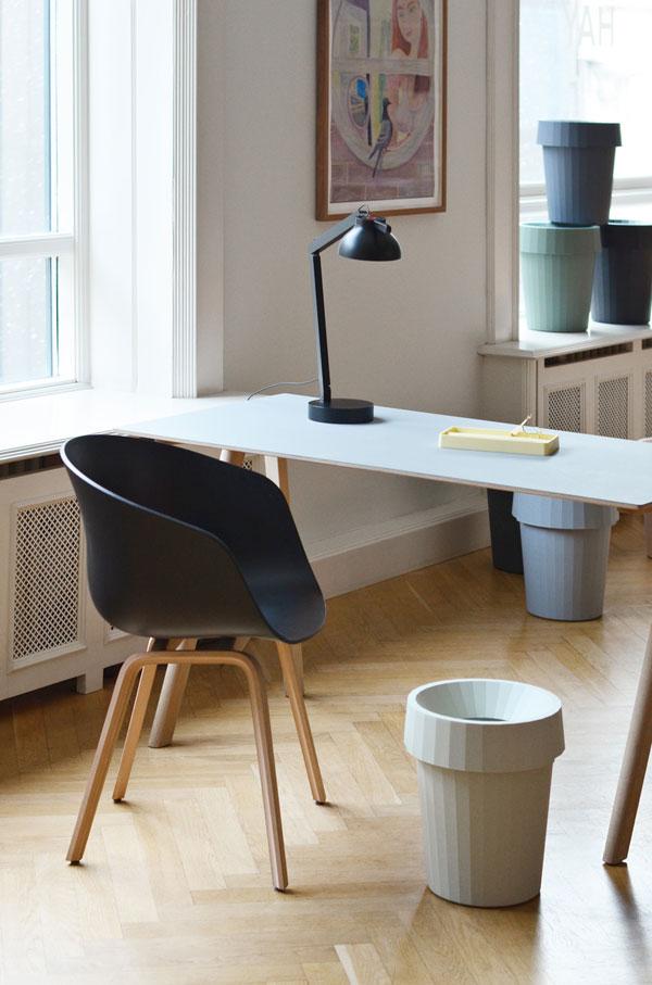 Wit bureau met stoel met zwarte zitting en houten poten met de Shade Bin van HAY - via Accessorize your Home