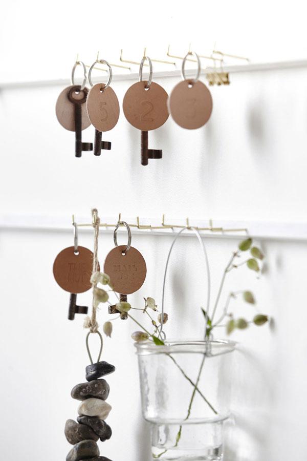 Glazen pot met hengsel met droogbloem aan sleutelrekje met lederen sleutelhangers - via Accessorize your Home