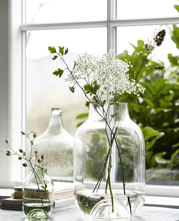 Glazen vazen gevuld met wilde bloemen in zonnige vensterbank - via Accessorize your Home