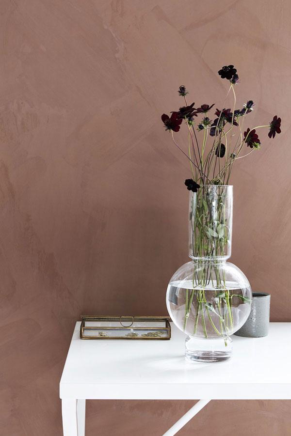 Mooi gevormde glazen vaas met Cosmos tegen roze achterwand - via Accessorize your Home