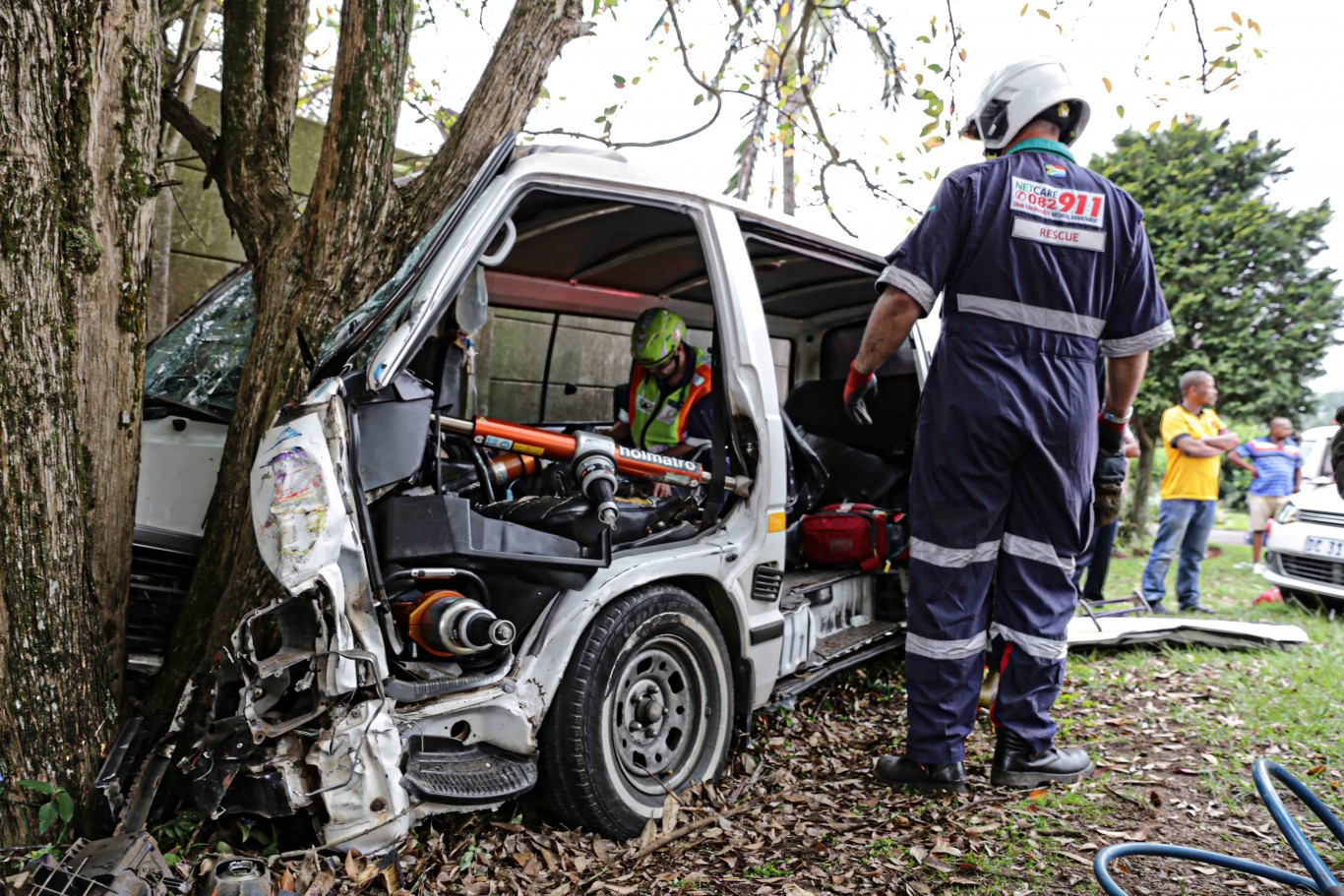 Taxi crash into tree in Kloof leaves twelve injured and one entrapped