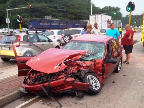 3 injured in early morning collision