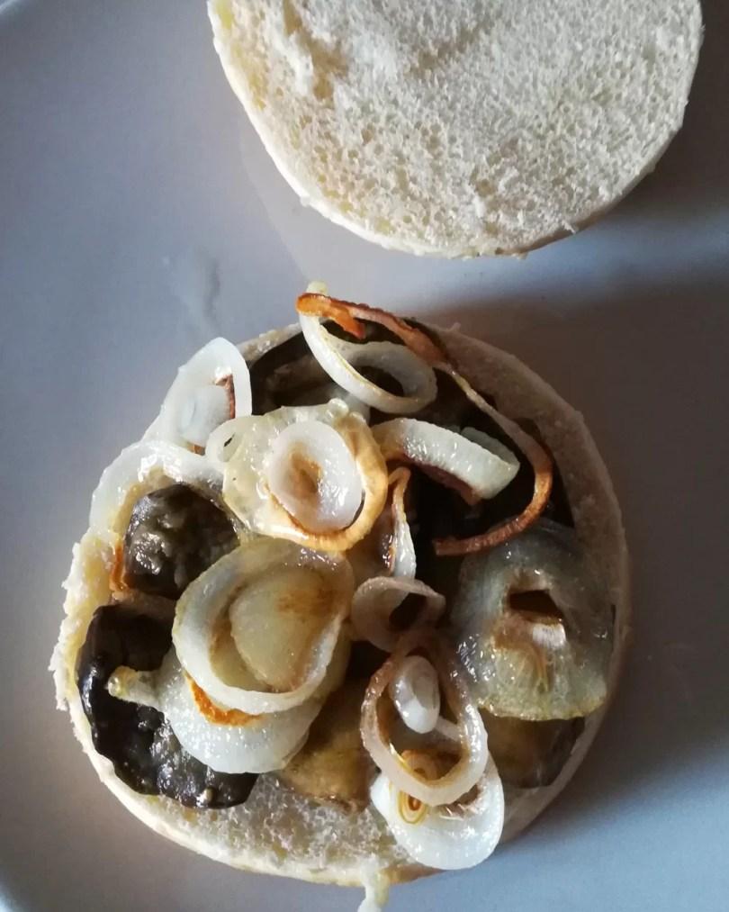 burger gourmet con melanzane cipolla e senape