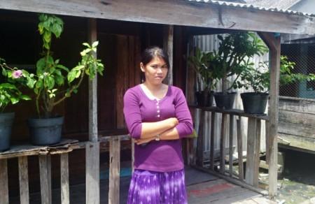 Sarina Dewi berdiri di jalan depan rumah sewanya di kawasan Belawan, Sumatera Utara, akhir Oktober lalu. | FOTO: Nurdin Hasan/ACEHKITA.COM