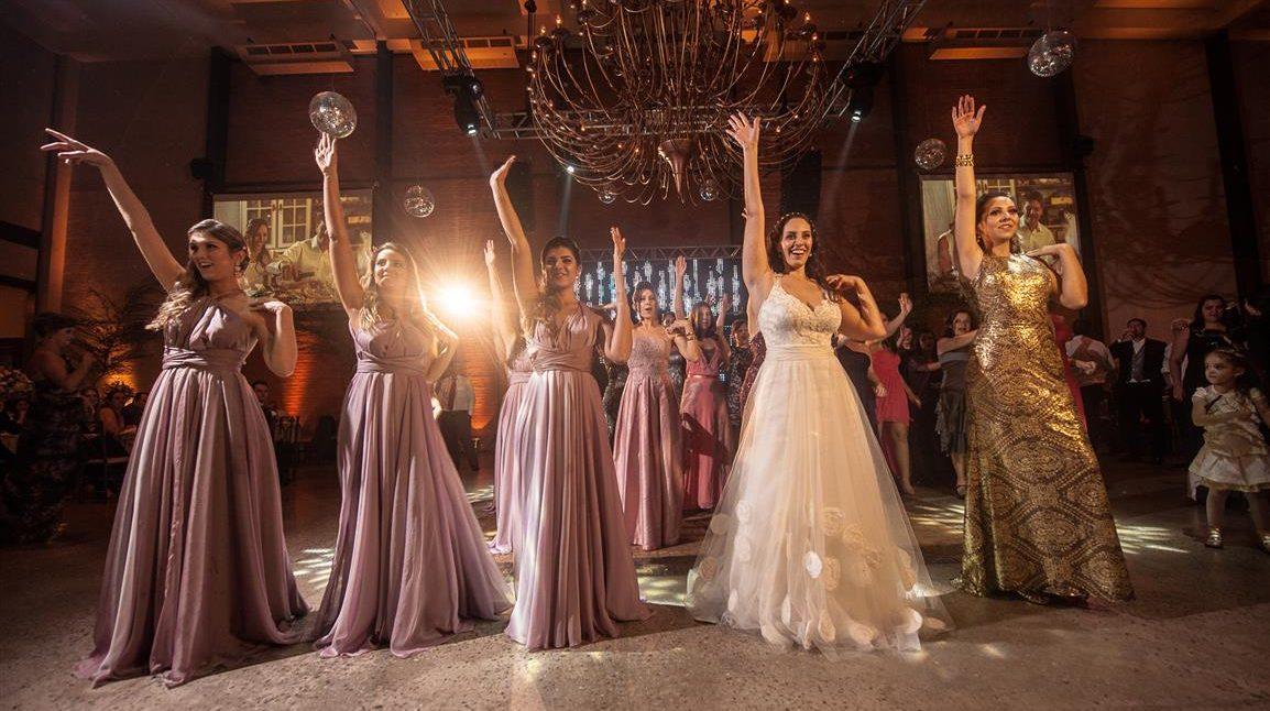 Dança da noiva com madrinhas