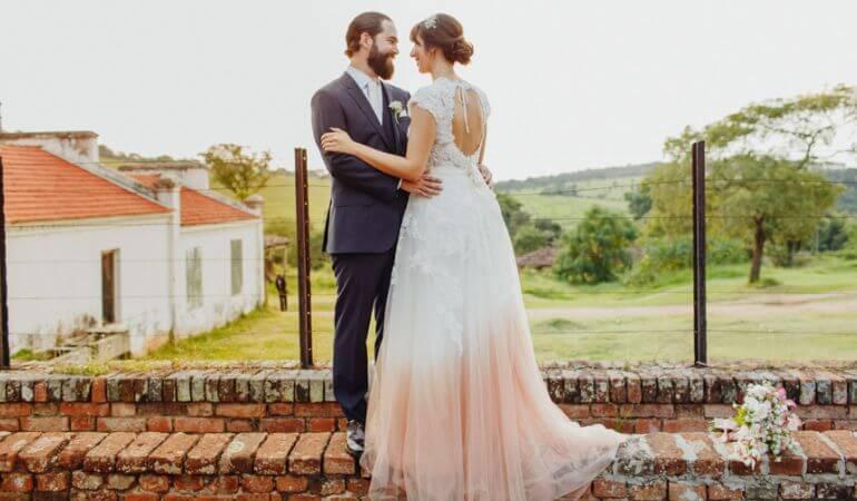 Vestido de noiva no campo