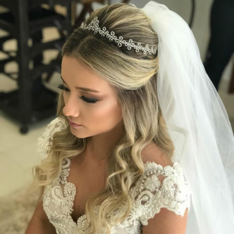 Penteados para noivas loiras de cachos