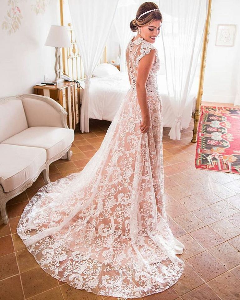 vestido de renda com forro rosa