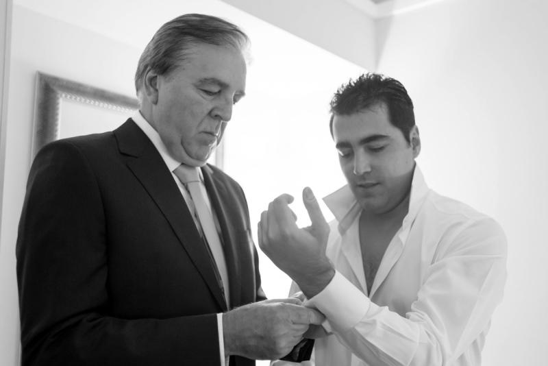 Pai do noivo ajustando terno | Foto: Vini Brandini