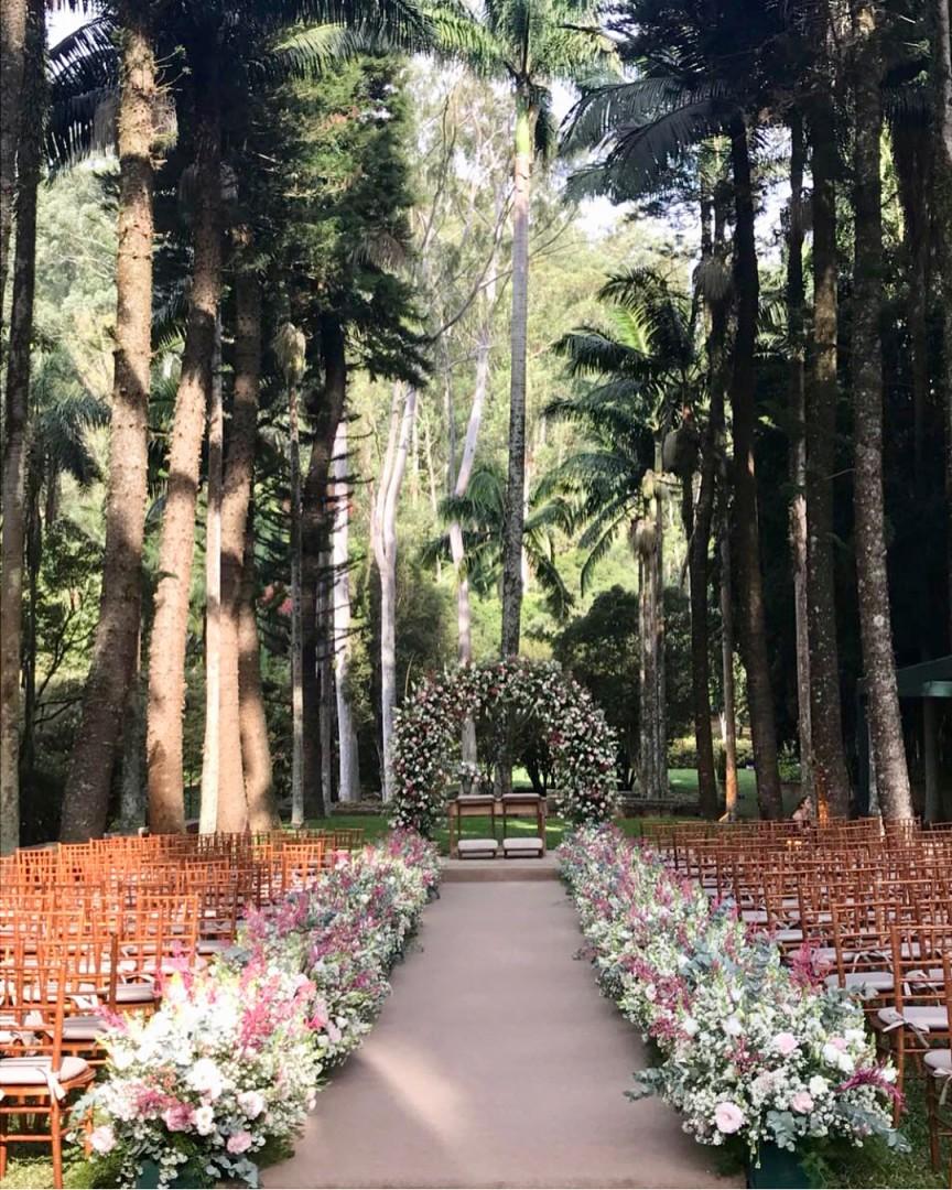Arco de flores na decoração de casamento   Fazenda Vila Rica