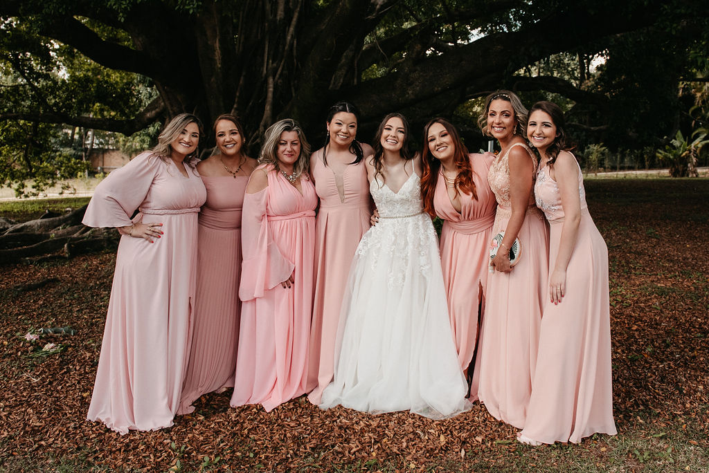 Madrinhas e padrinhos de casamento com vestido rosa