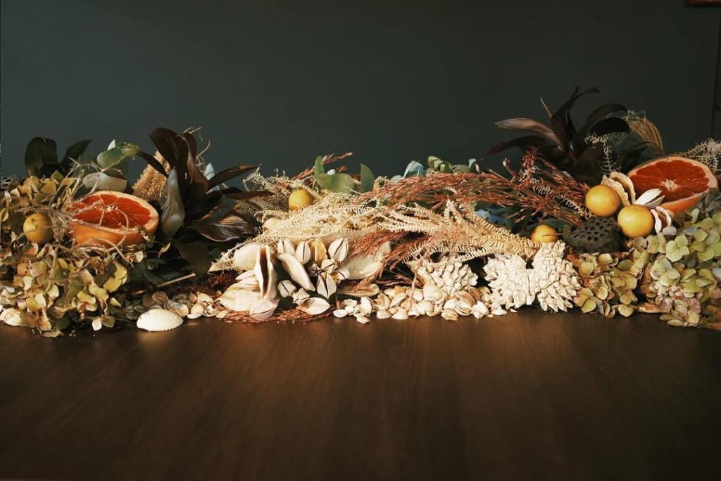 Decoração com folhas secas na decoração - Por: Museu De Grandes Novidades