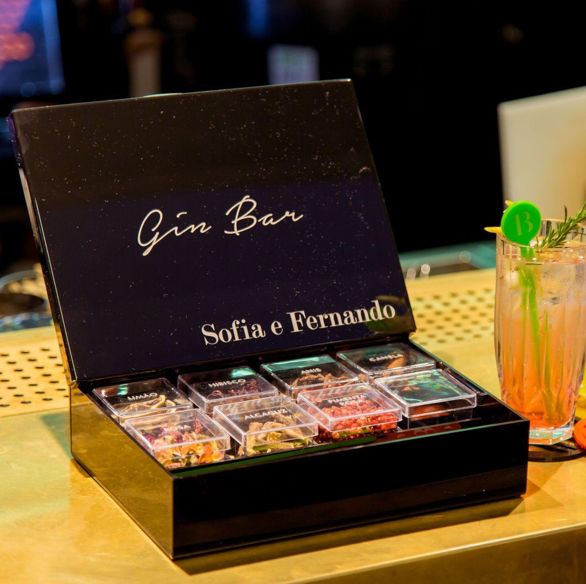 Caixa Personalizada Gin com especiarias para preparação da bebida Gin Tônia_ Ideia de Presente