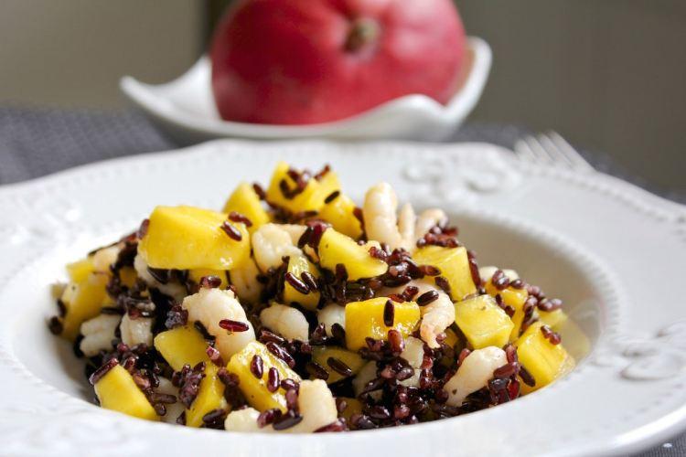 Riso venere con mango e gamberetti
