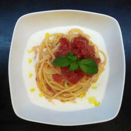Pasta-con-pomodorini-su-crema-di-burrata