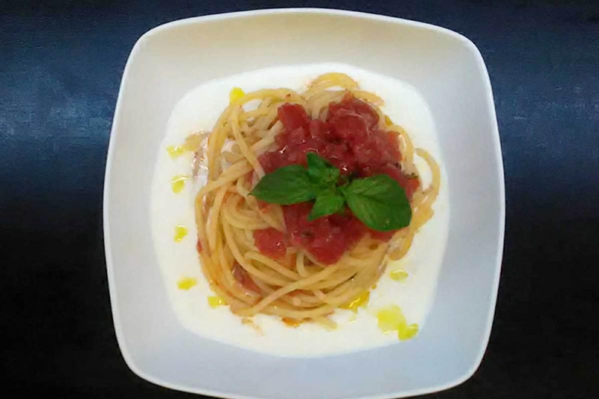 Spaghetti con pomodoro fresco su crema di burrata