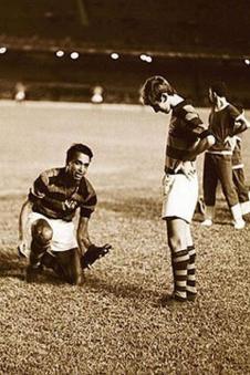 F 09 - 1969  - Carlinhos Violino e Zico - entrega as  chuteiras a Zico