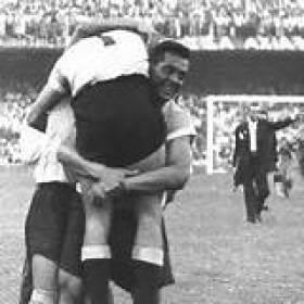 F 08 - Obdúlio Varela carrega Ghiggia após a  vitória