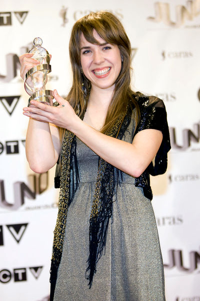 Serena Ryder hoists her 2009 Juno Award. Note the heart-shaped tattoo on the back of her hand.